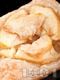 Пухкави малки захаросани бутер банички за десерт от бутер тесто с ябълки и захар - снимка на рецептата